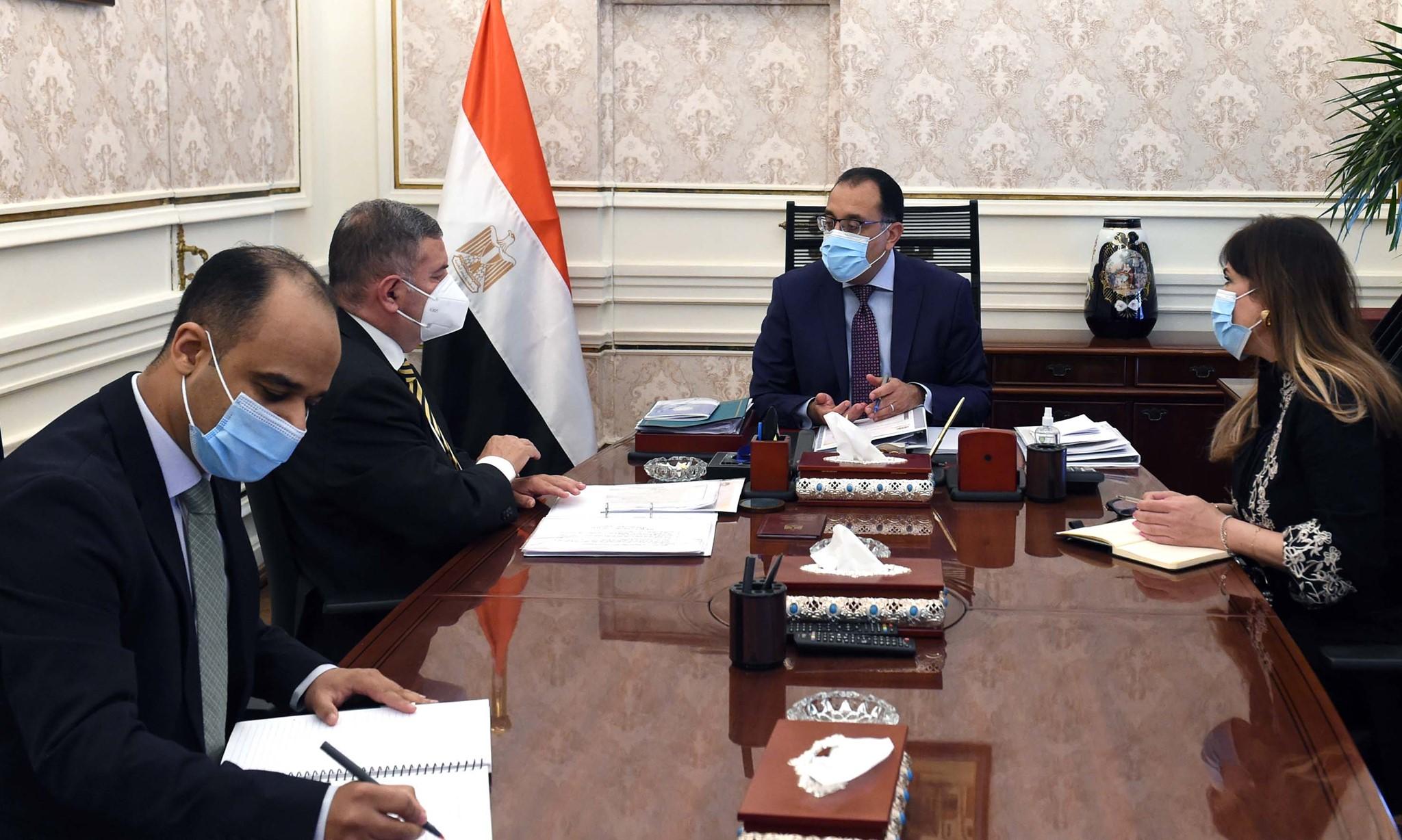 رئيس الوزراء يستعرض تنفيذ مشروع السيارات الكهربائية
