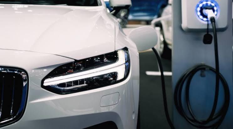البريطانيون يتجهون للسيارات الكهربائية بسبب نقص الوقود